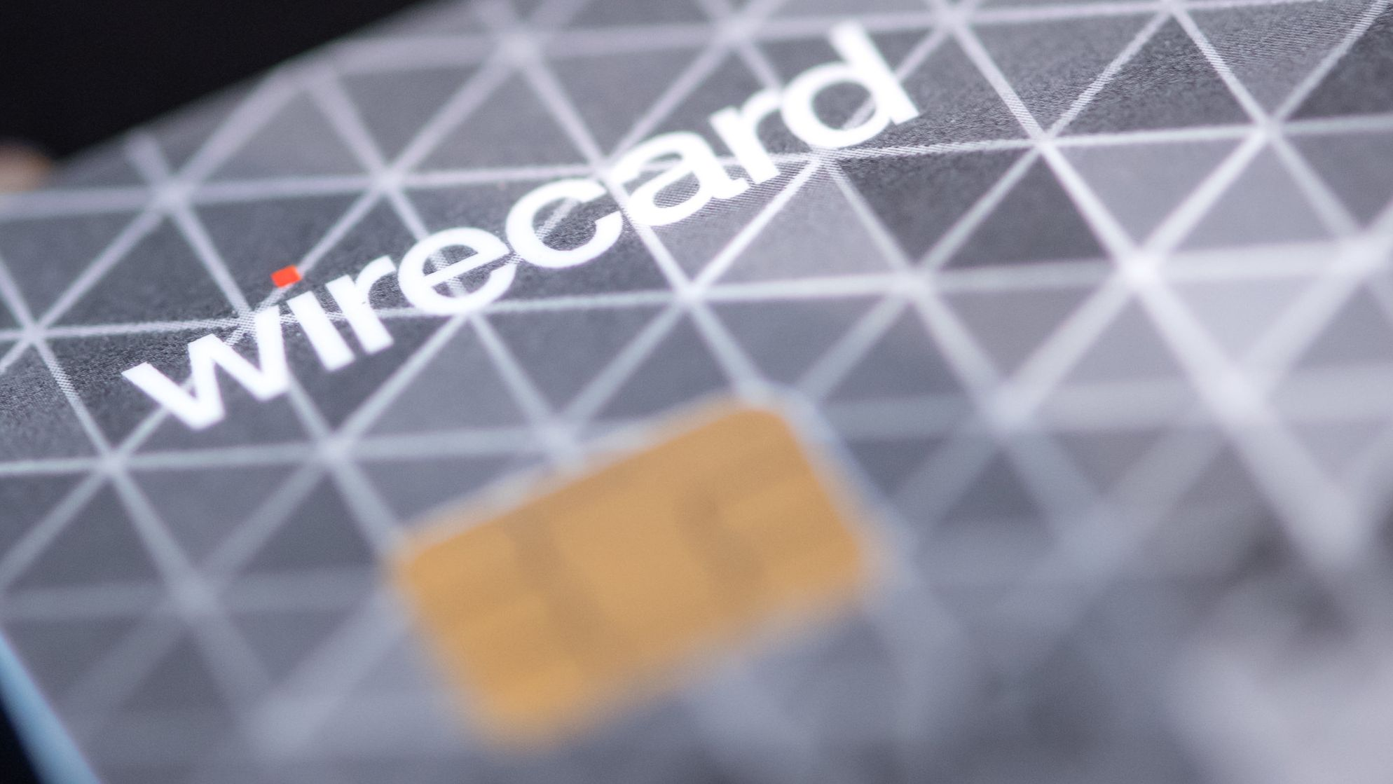 Eine Kreditkarte des Bezahldienstleister Wirecard liegt auf einem Tisch.
