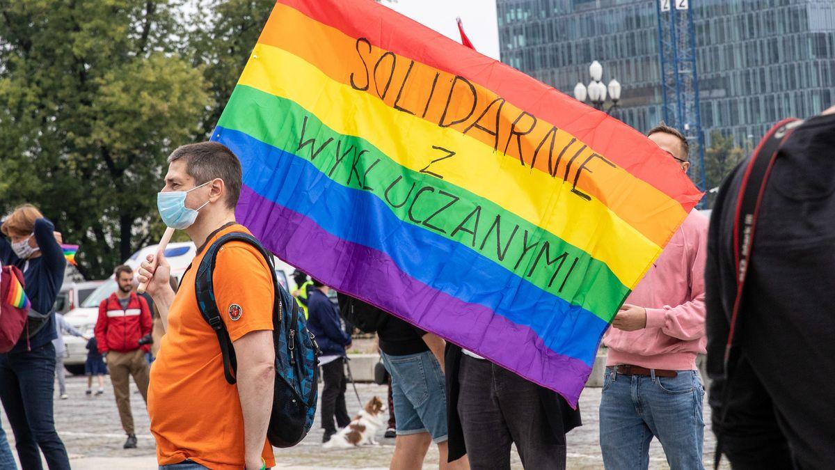 """In Warschau halten Demonstranten der Bewegung """"No More"""" am 30.8.20  Regenbogenfahne mit der Aufschrift """"Solidarität mit den Ausgeschlossenen""""."""