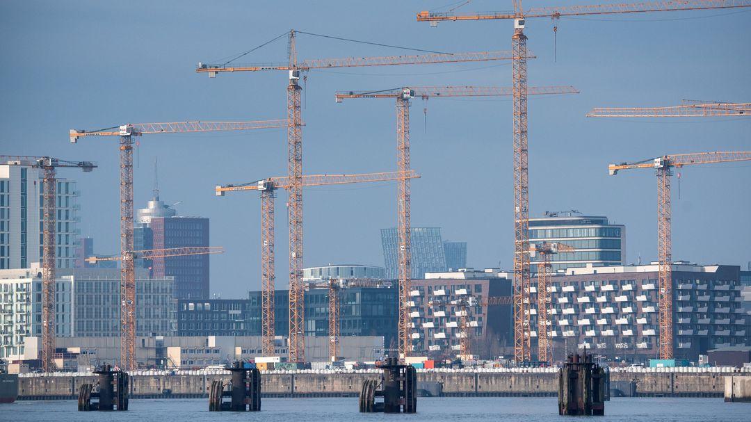 Hamburg: Baukräne auf Baustellen im Stadtteil HafenCity