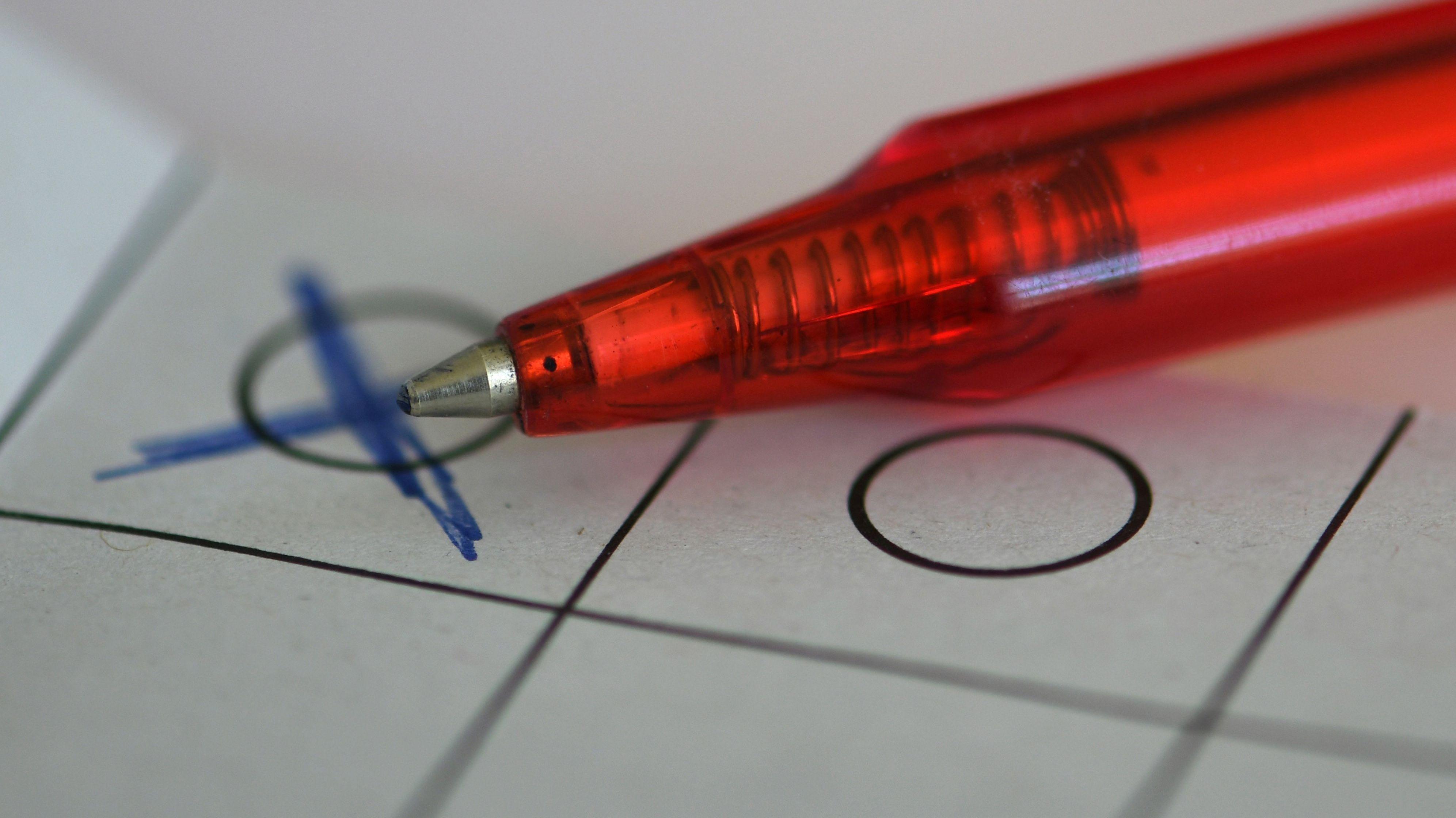 Ein Kugelschreiber auf einem Wahlblatt
