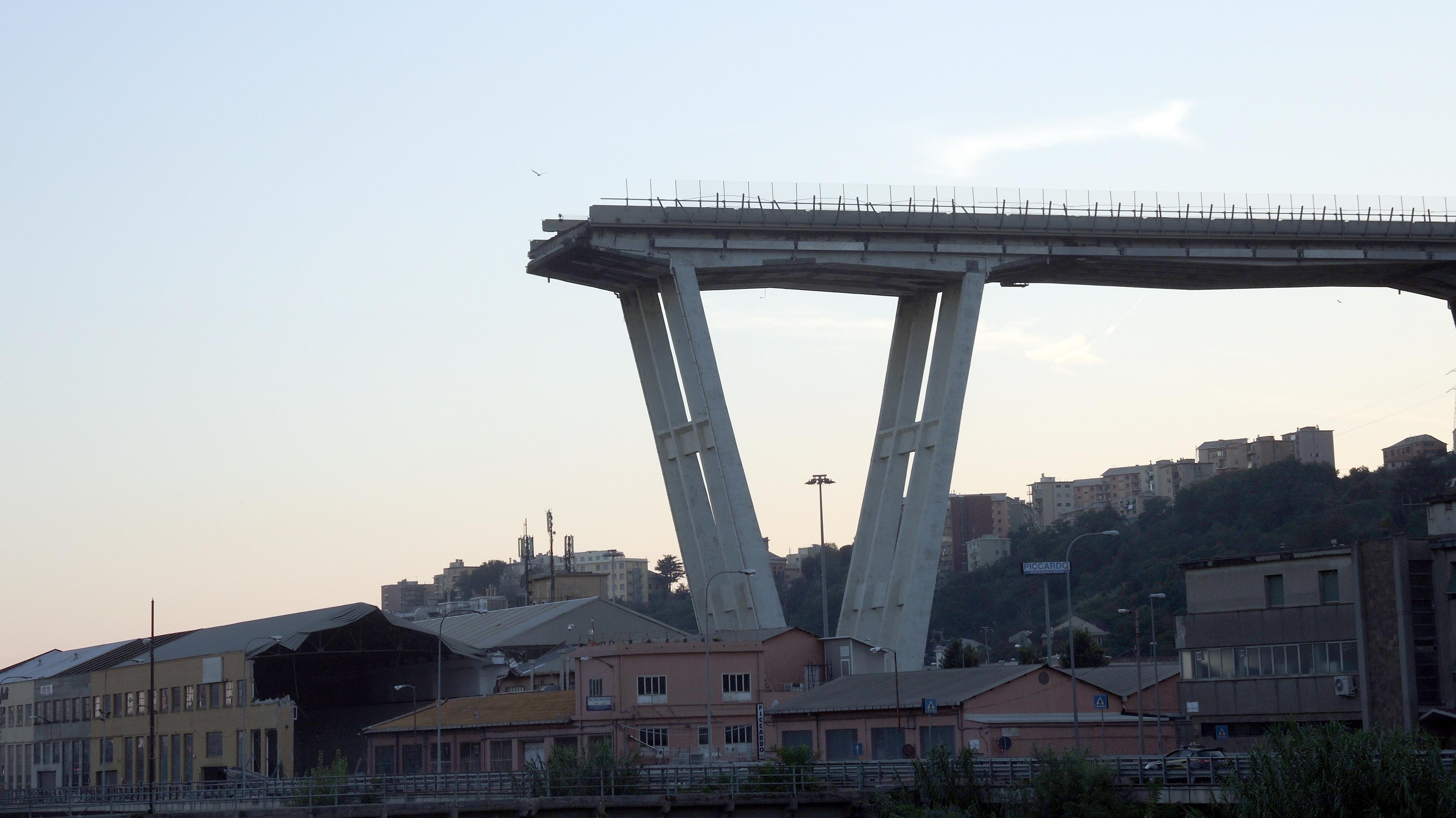 Blick auf einen Überrest der Morandi-Brücke, die am 14. August auf etwa 180 Metern einstürzte.