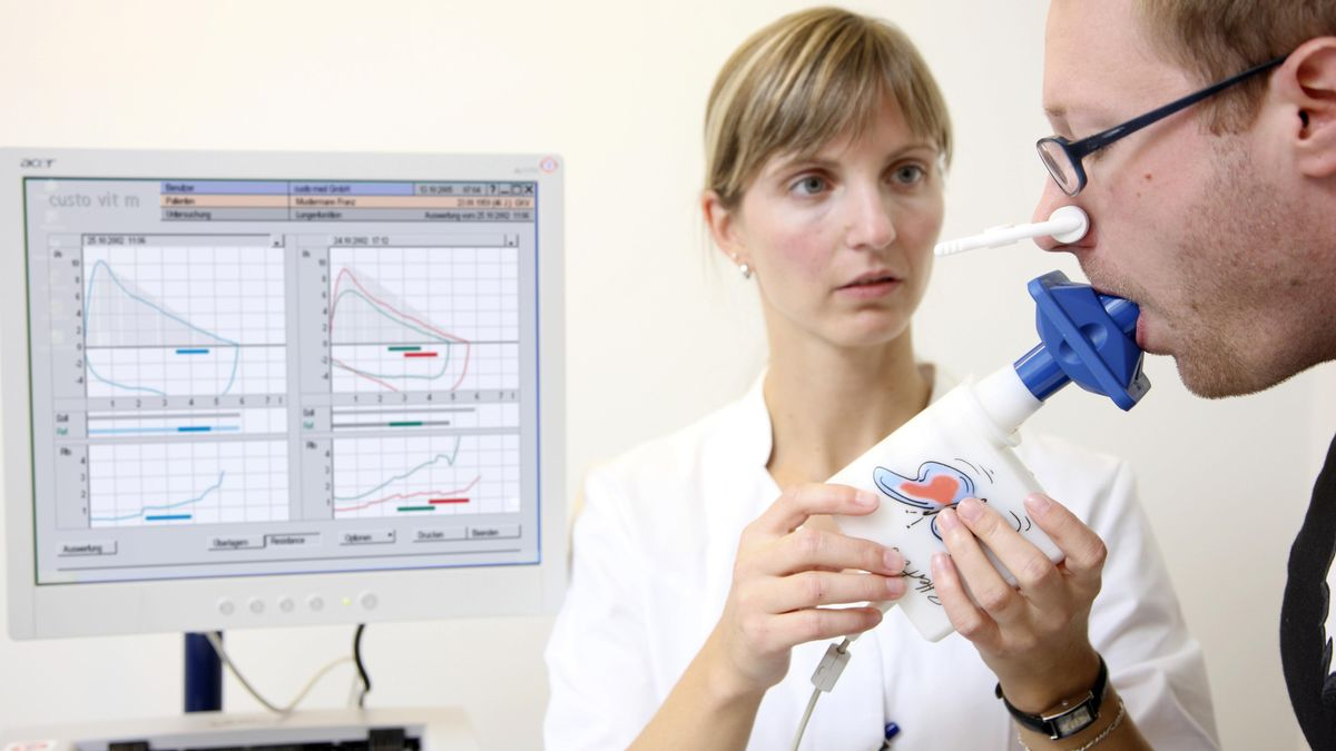 Patient beim Lungenvolumen-Test in einer Arztpraxis