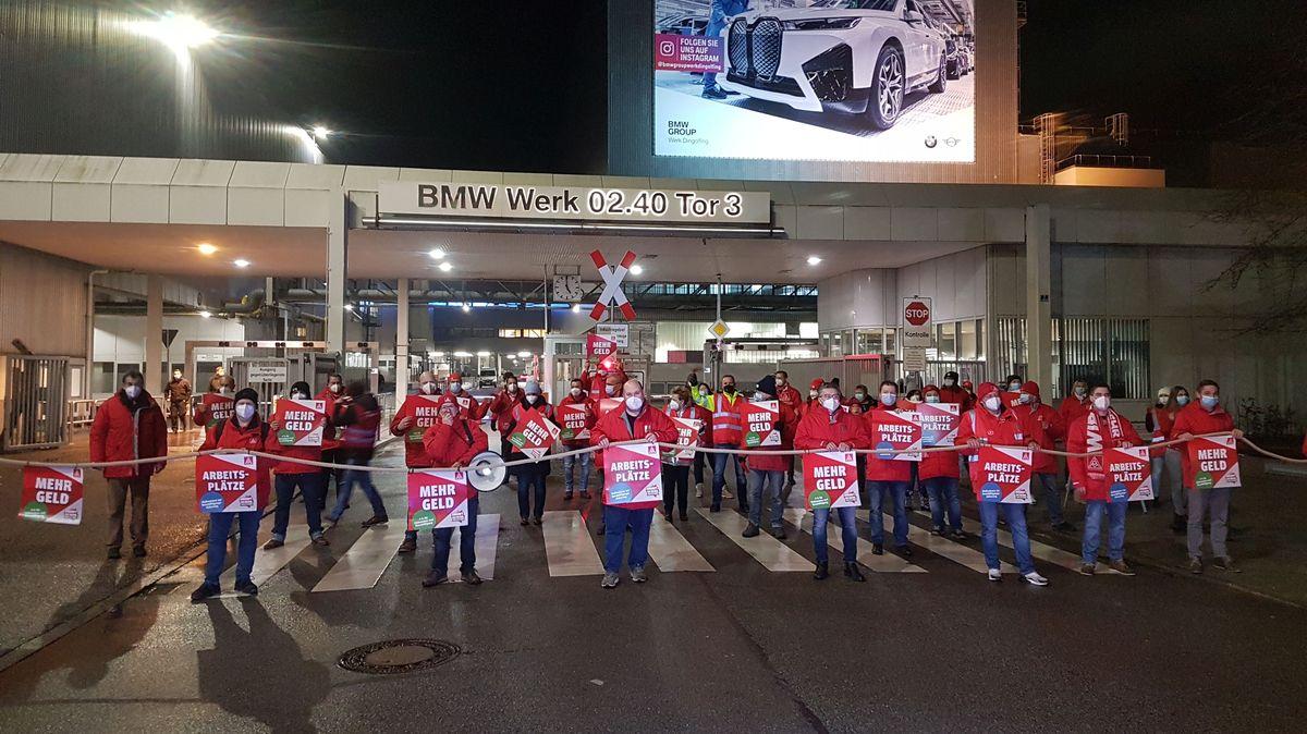 Streikende vor einem BMW-Werkstor in Dingolfing
