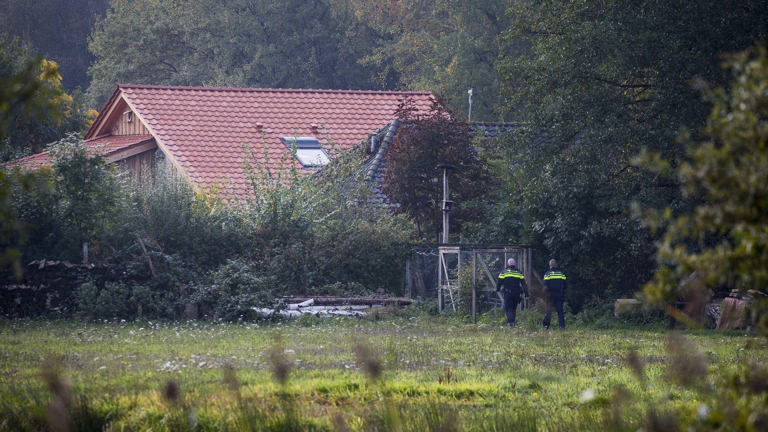 Ruinerwold, Niederlande: Polizisten vor dem abgelegenen Bauernhof, in dessen Keller die Familie hauste