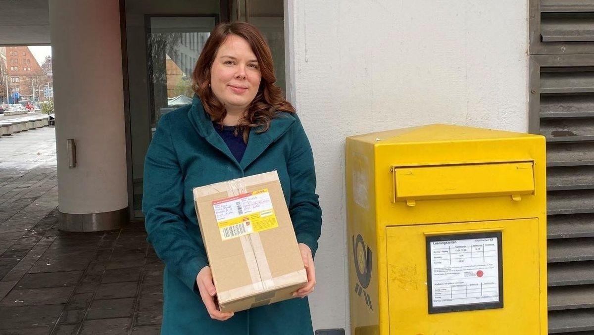 Die GEW-Landesvorsitzende Martina Borgendale lieferte die 36.000 Unterschriften unter die Ferienrettungs-Petition an den Landtag beim Postamt ein