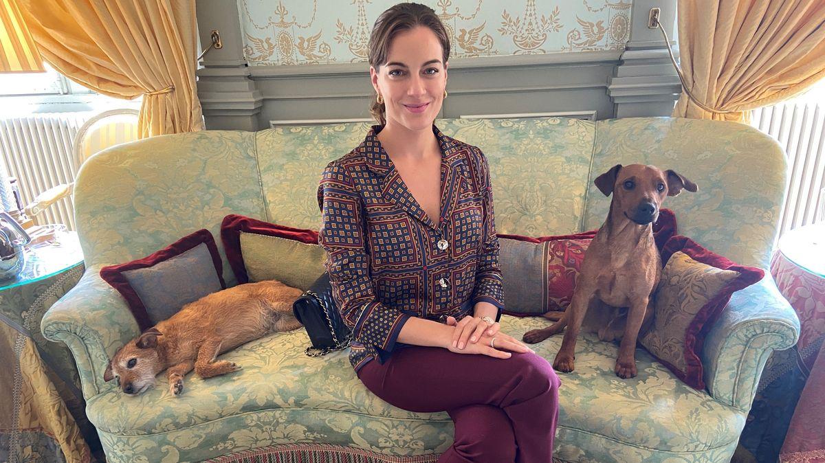 Cleo zu Oettingen-Spielberg im Oettinger Residenzschloss mit ihren beiden Terriern.