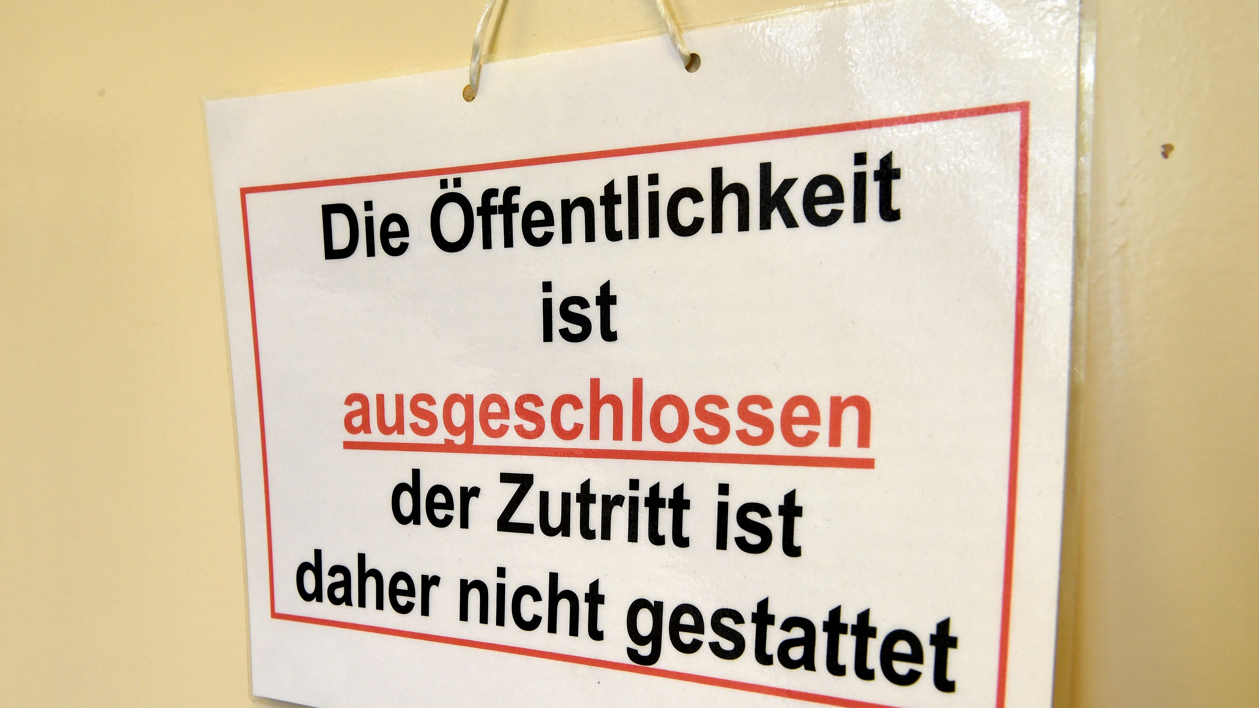 """Schild mit dem Hinweis """"Die Öffentlichkeit ist ausgeschlossen der Zutritt ist daher nicht gestattet"""" an einem Gerichtssaal (Symbolbild)"""