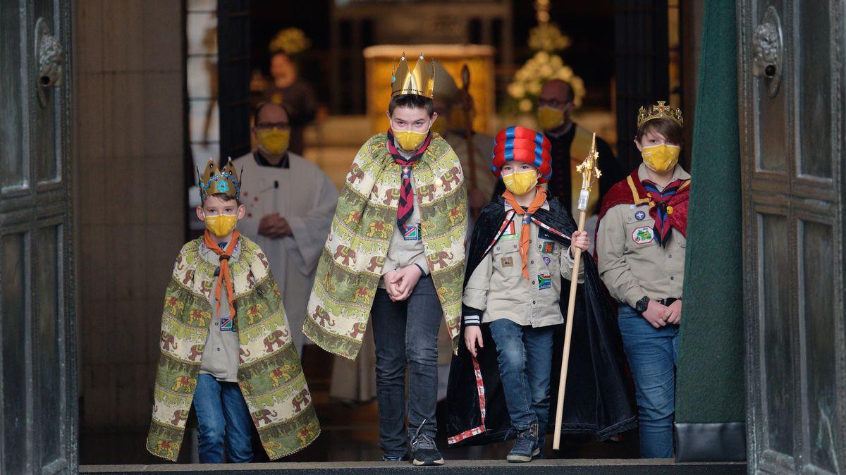 Die Sternsinger kommen nach einem Gottesdienst zum Auftakt der Aktion Dreikönigssingen 2021 aus dem Aachener Dom. Wegen der Coronavirus-Pandemie findet das Sternsingen überwiegend digital statt.