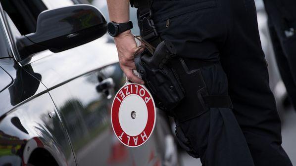 """Symbolbild: Polizeikelle """"Halt Polizei"""""""