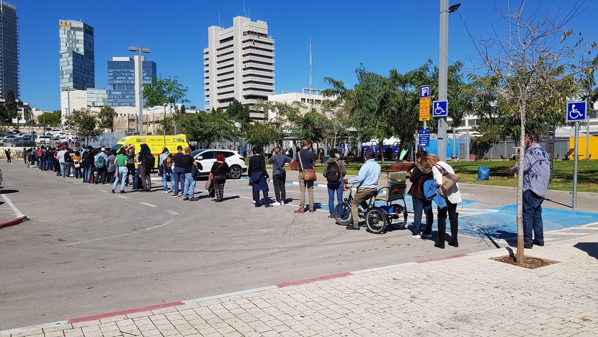 Warteschlange vor einem Impfzentrum in Tel Aviv