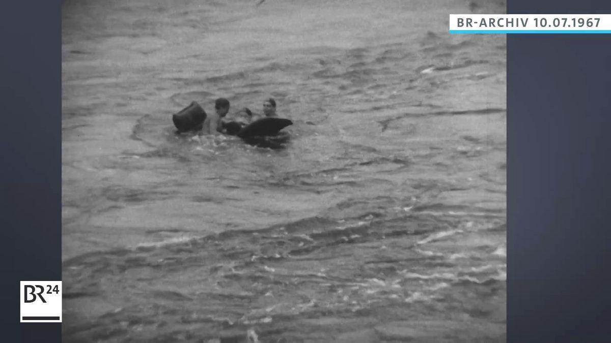 Rettungskräfte beim Retten eines Mannes im Fluss