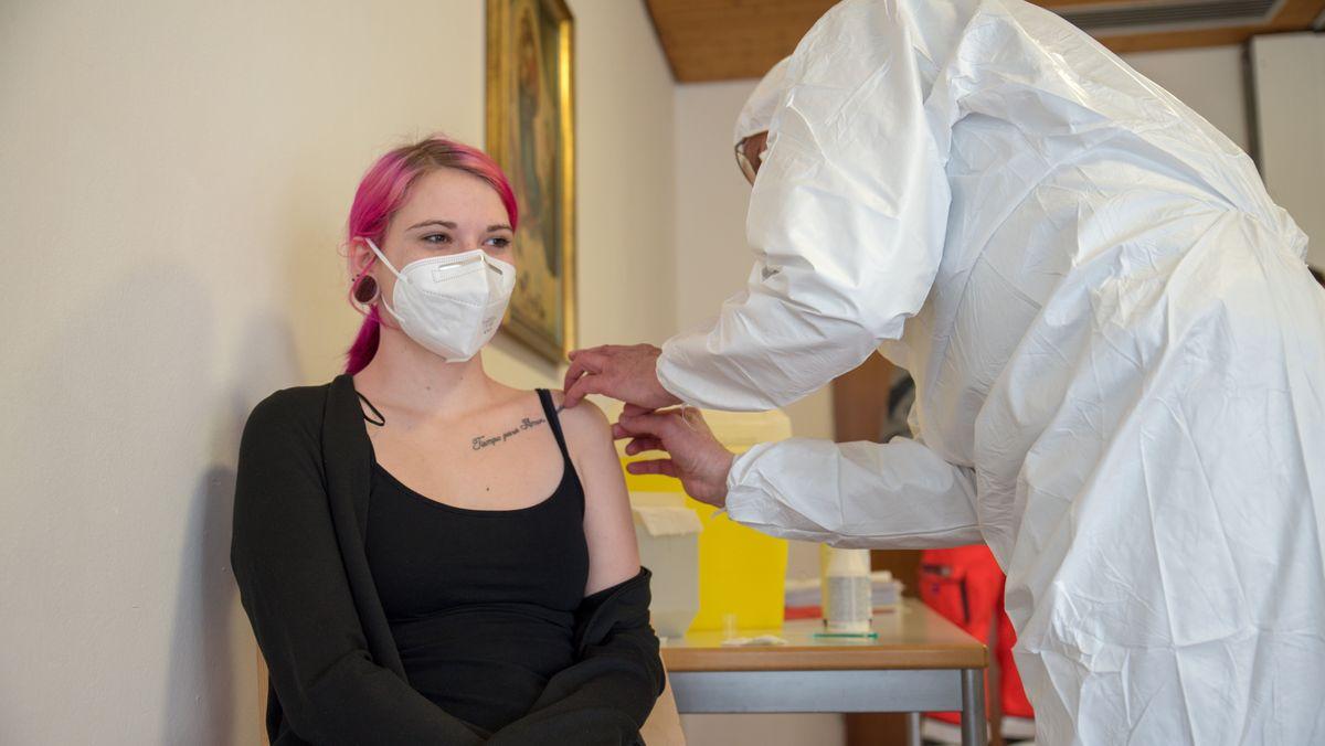 Mitarbeiterin der Pflegeinrichtung (Haus Maria von Karmel) in Regensburg,  Melissa Eppel, wird geimpft.