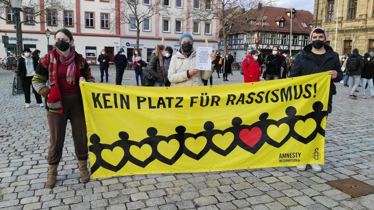 Amnesty-Aktivisten protestieren gegen Rassismus.