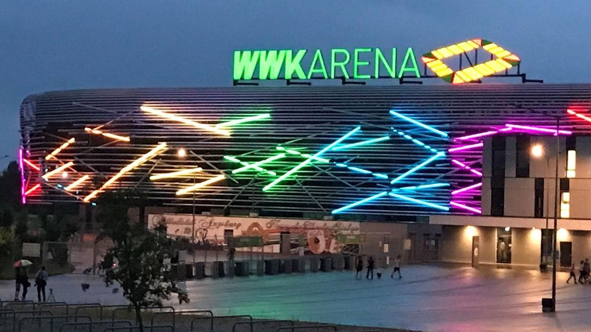 WWK-Arena Augsburg in Regenbogenfarben