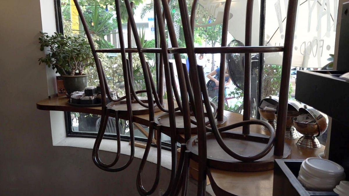 Hochgestellte Stühle in einem Café in Tel Aviv.