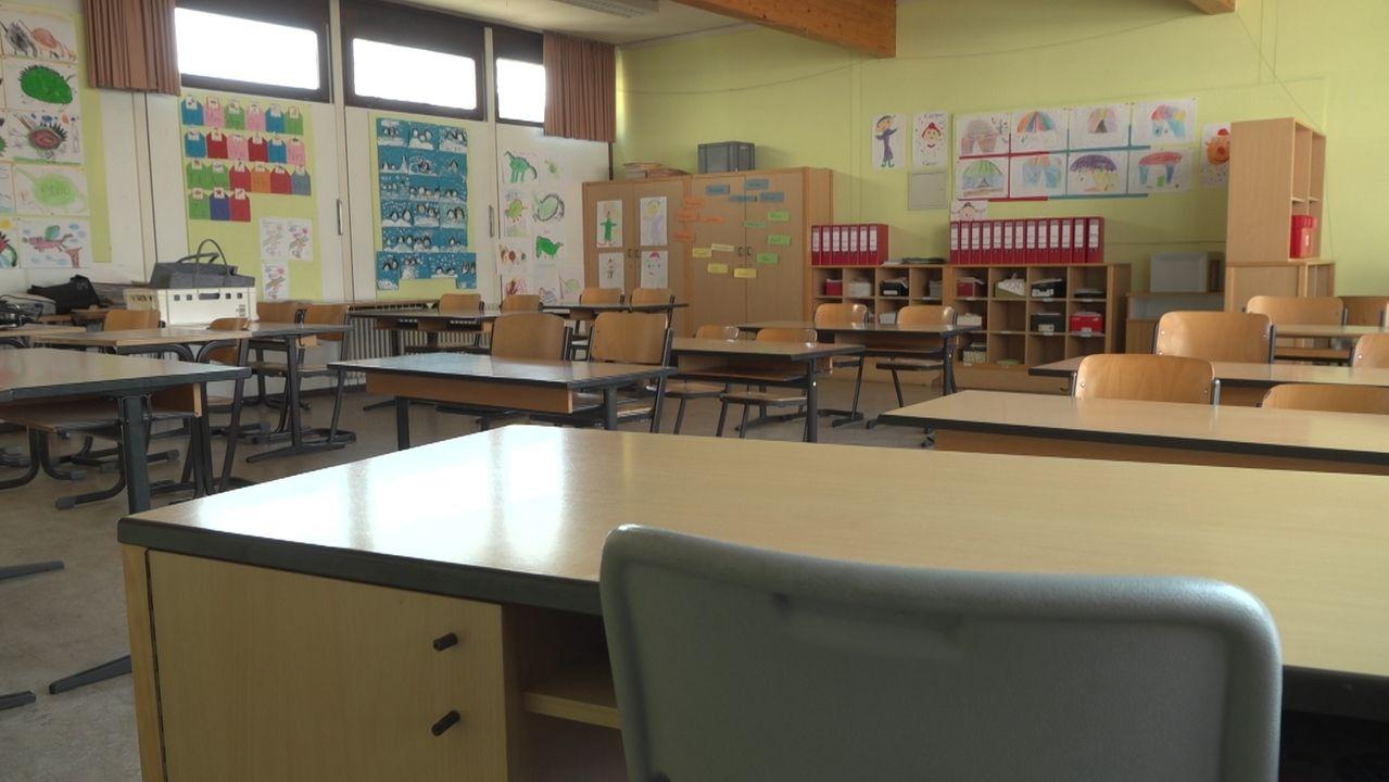 Ein leeres Klassenzimmer in einer Grundschule.