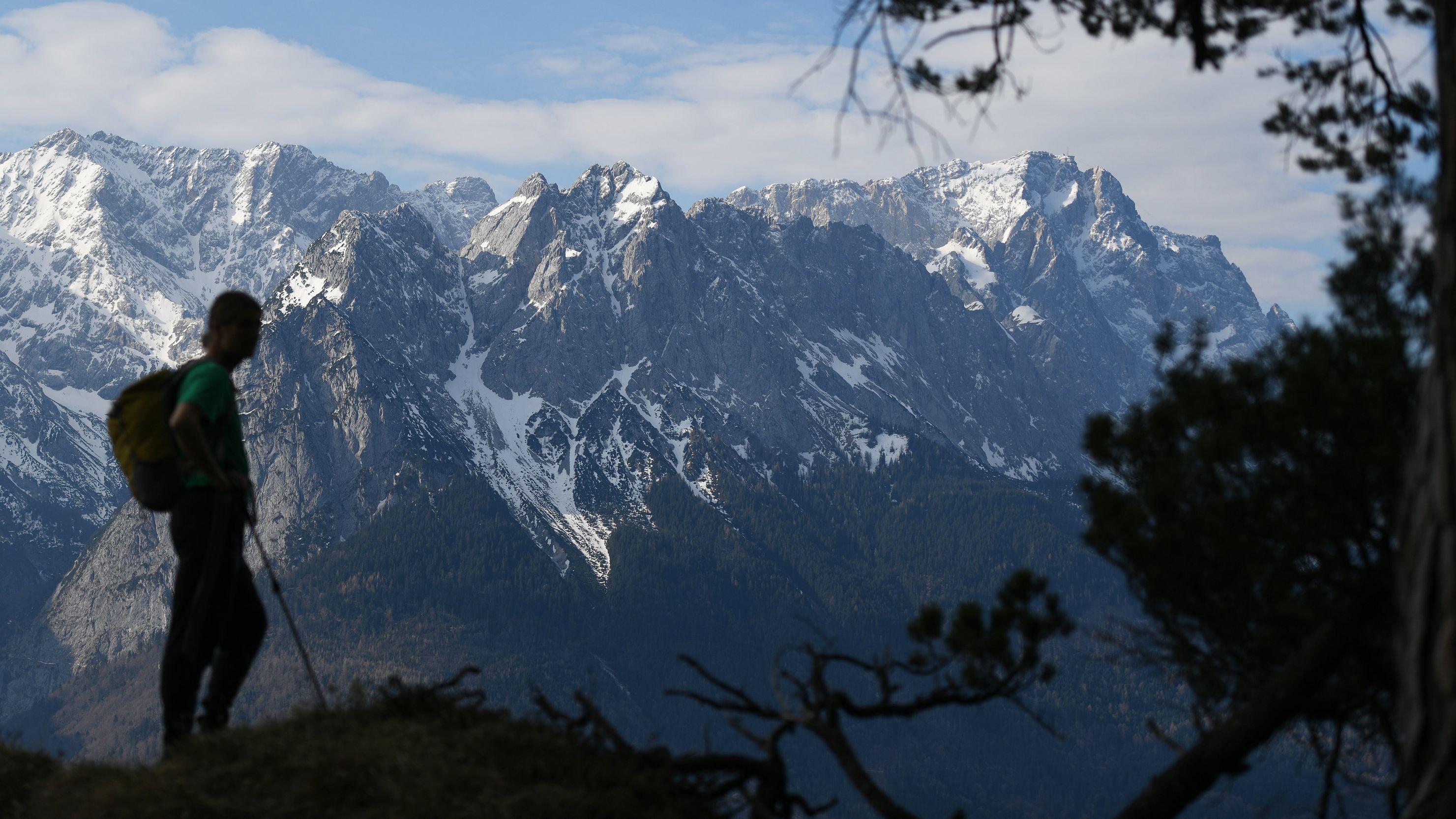 Ein Wanderer schaut auf ein Bergpanorama