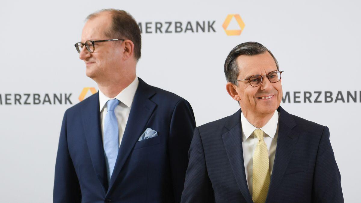 Der  Vorstandsvorsitzende der Commerzbank, Martin Zielke (l), und der Aufsichtsratsvorsitzende der Bank, Stefan Schmittmann
