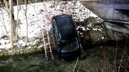 Ein Auto wird mit Leitern aus einem Bach geborgen. | Bild:News5