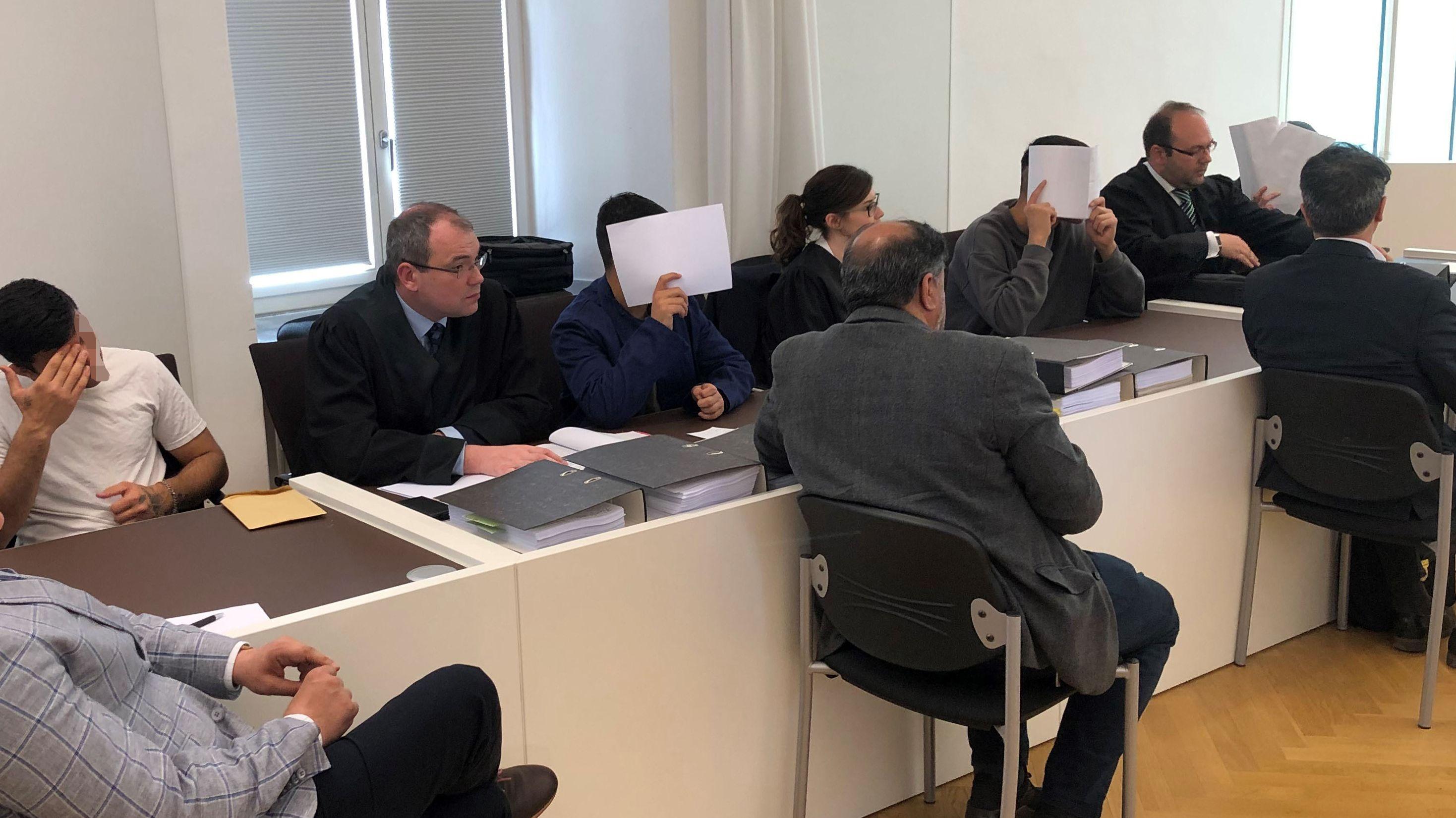 Die Angeklagten und ihre Verteidiger im Gericht