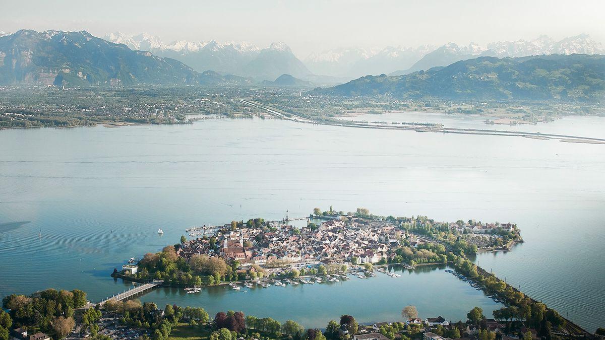 Luftaufnahme von Lindau. Im Hintergrund Bregenz und die Alpen.