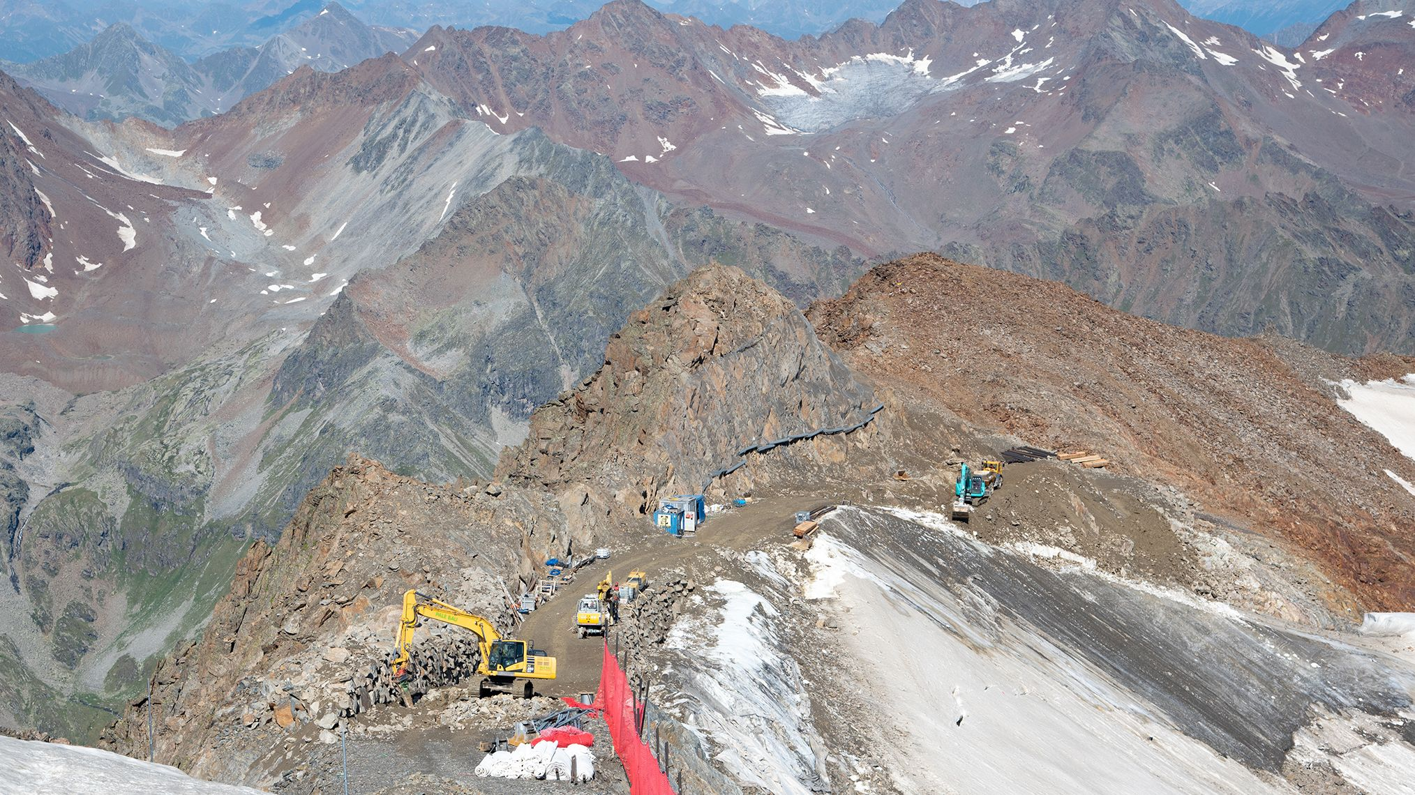 Der abgerissene Berggrat wird neu aufgebaut.