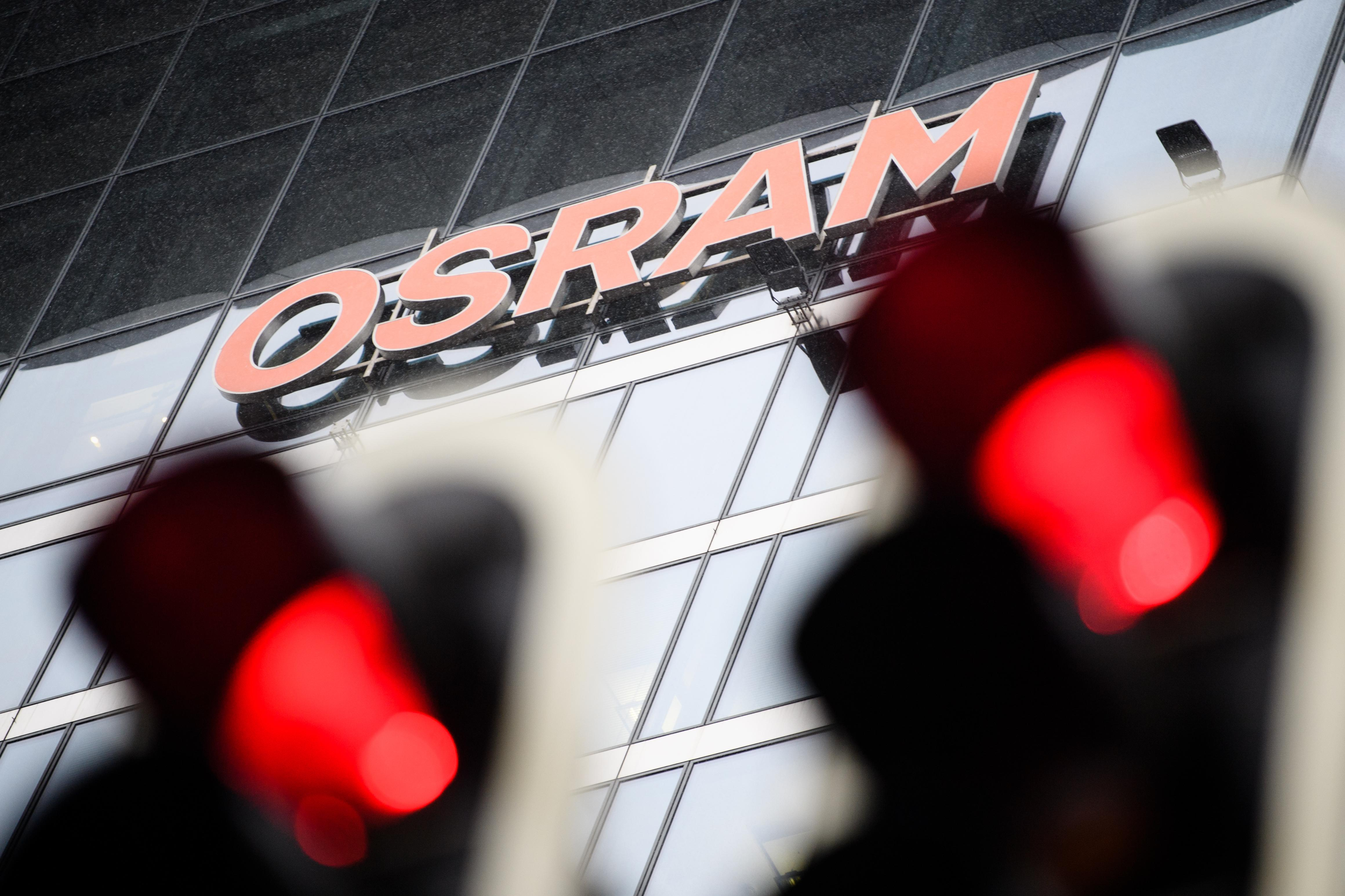 Zwei Ampeln leuchten rot vor der Osram Zentrale in München