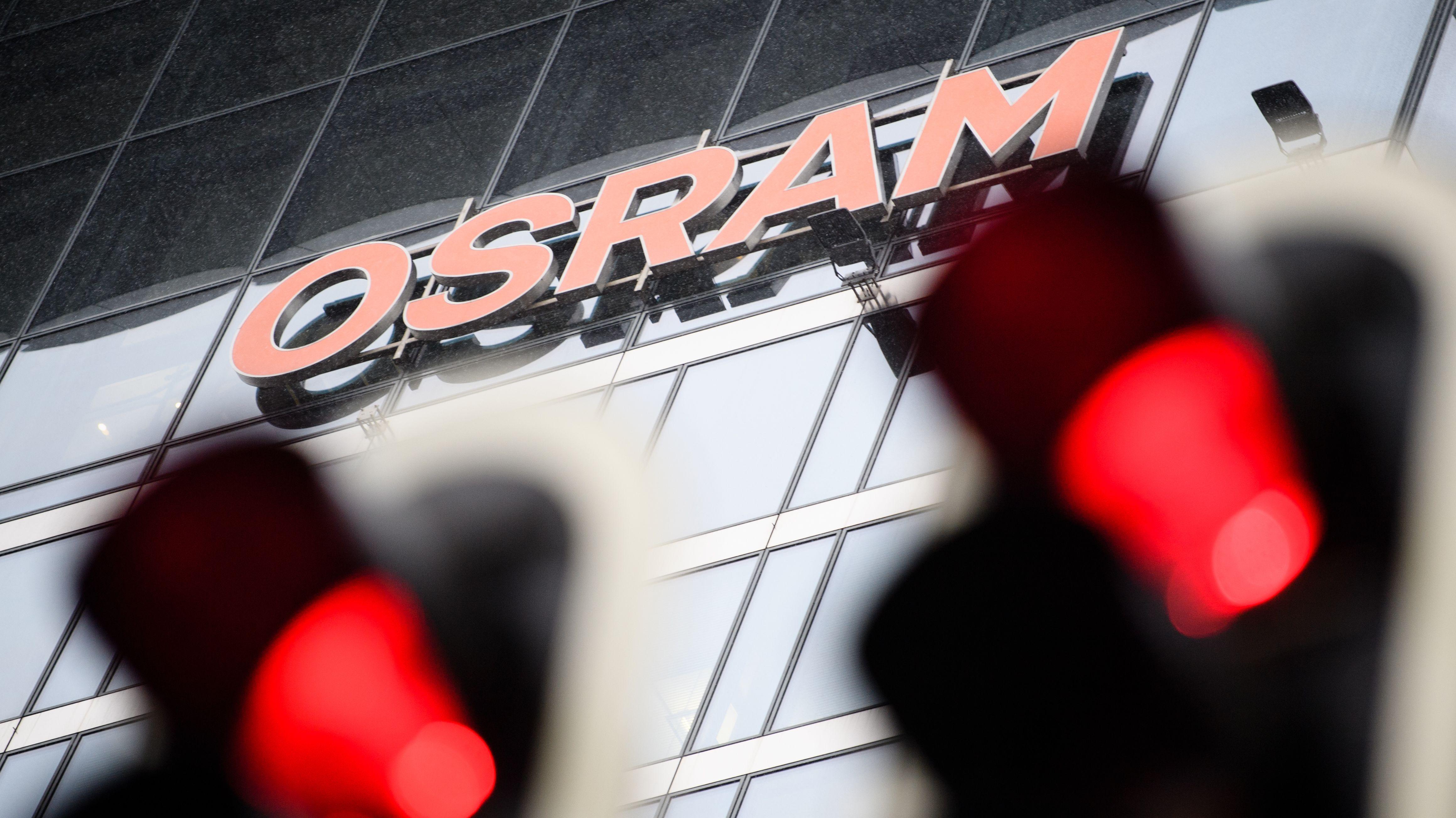 Zwei Ampeln leuchten rot vor der Osram-Zentrale in München.
