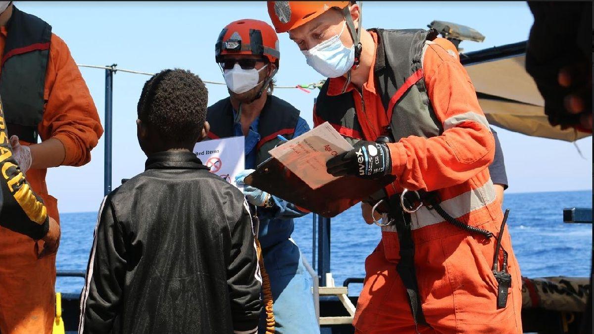 Besatzung der Alan Kurdi mit einem geretteten Jungen