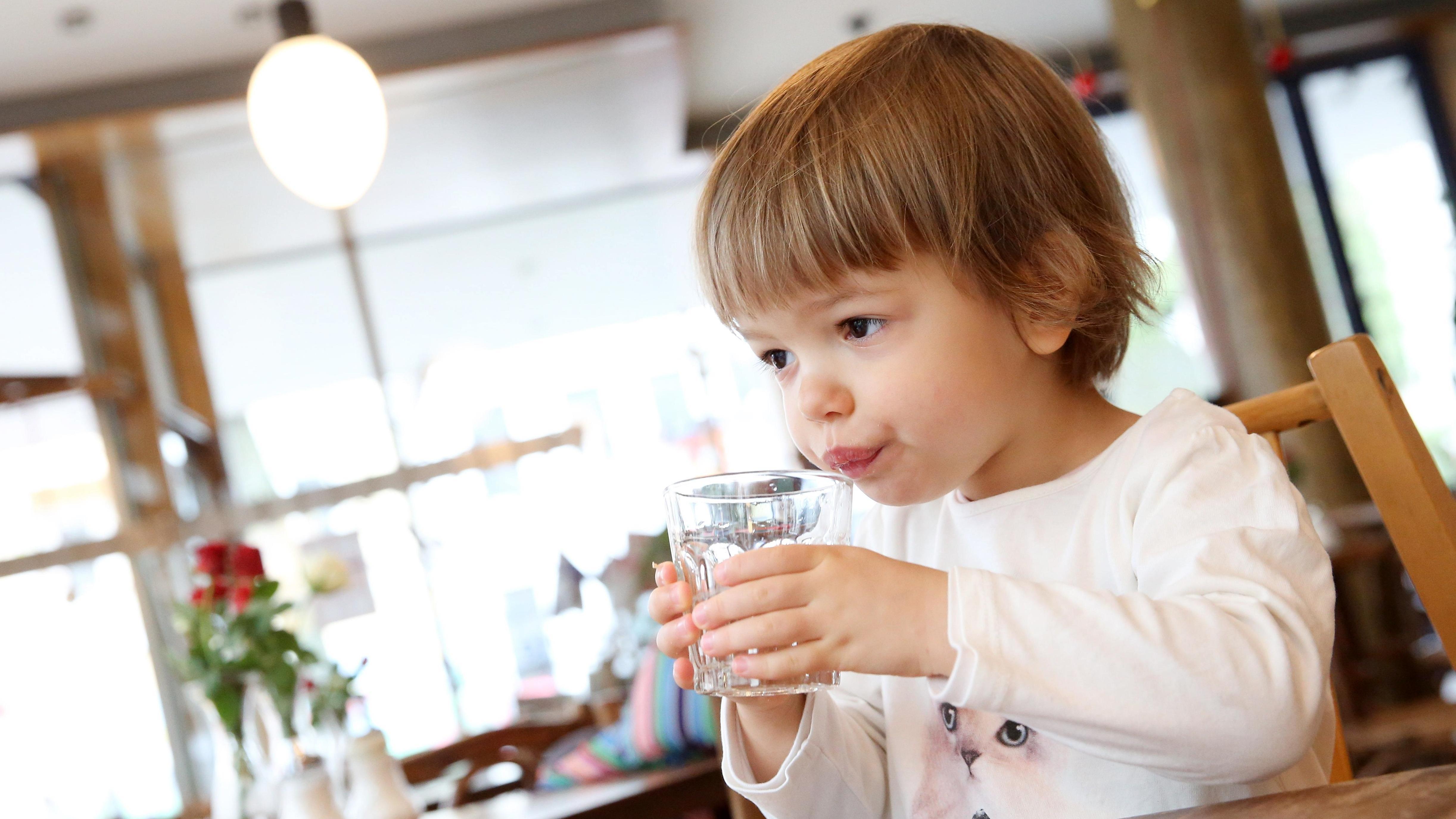 Kind trinkt Leitungswasser (Symbolbild)