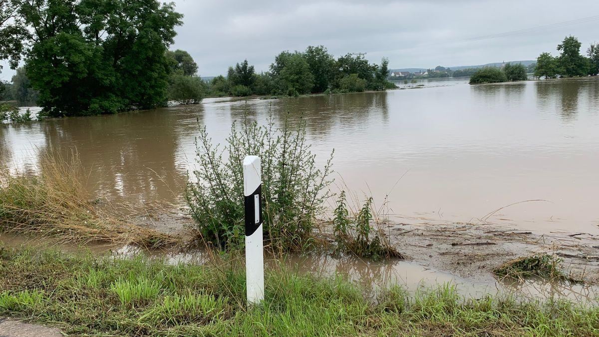 Überschwemmte Flächen können lebensgefährlich werden. Polizei und Feuerwehr warnen eindringlich davor, diese zu betreten.