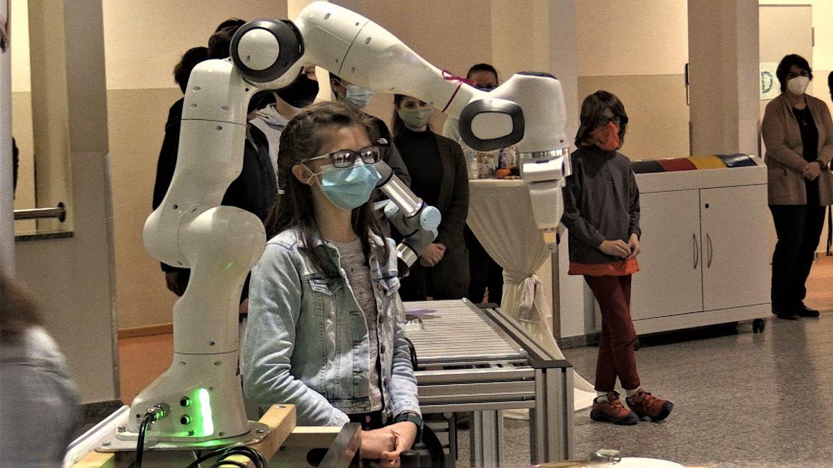 """Roboterarm """"Panda"""" bei seiner Vorstellung an der Realschule Schongau."""