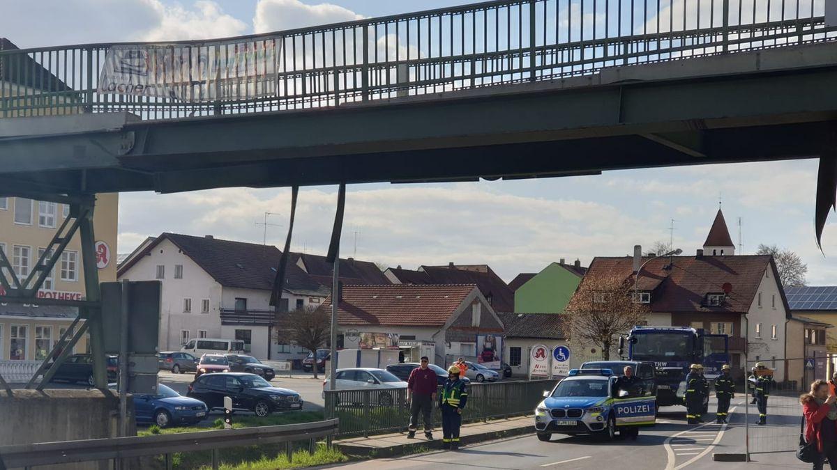 Ein Bagger hat eine Brücke in Neunburg vorm Wald gerammt - sie wird wohl abgerissen werden müssen.