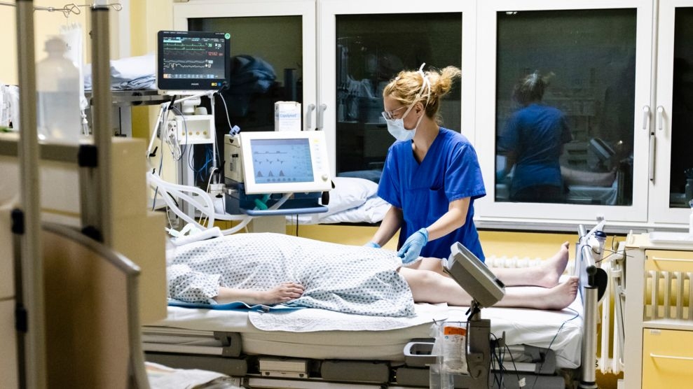 Eine Pflegekraft am Bett einer Patientin auf der Intensivstation (Archivbild)