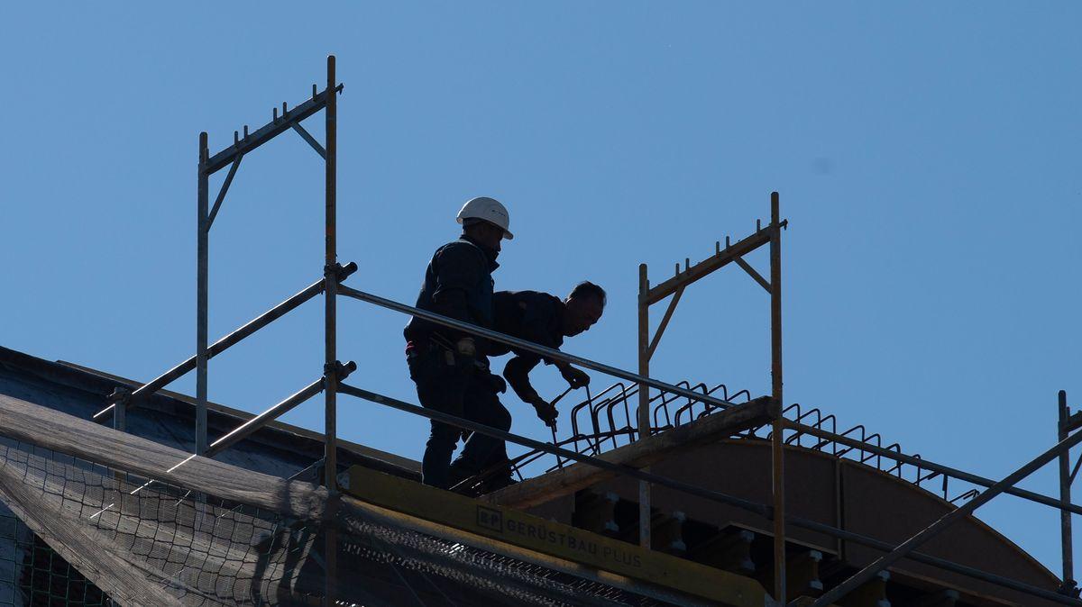 Bauarbeiter auf einem Gerüst (Symbolbild)