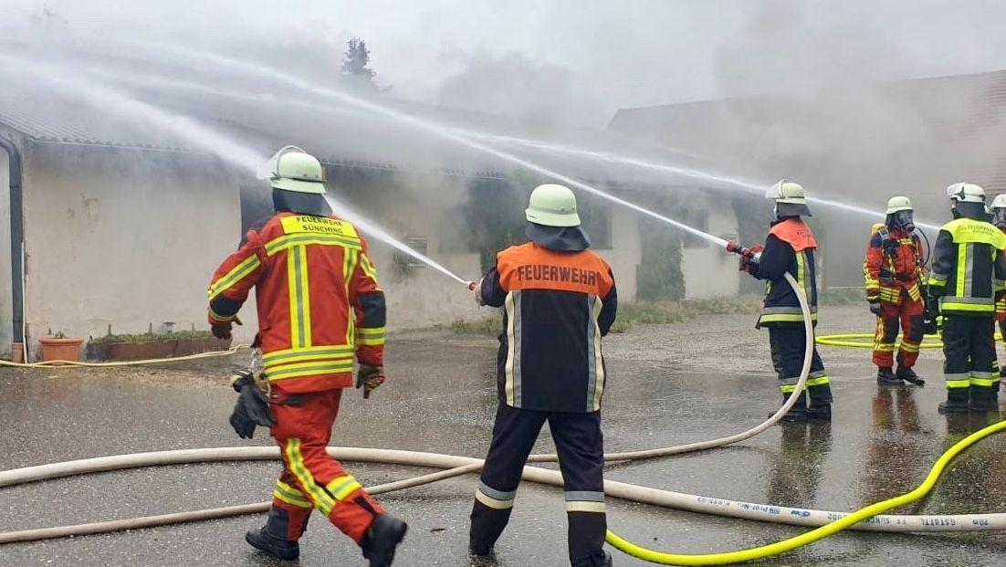 Feuerwehren bei Löscharbeiten