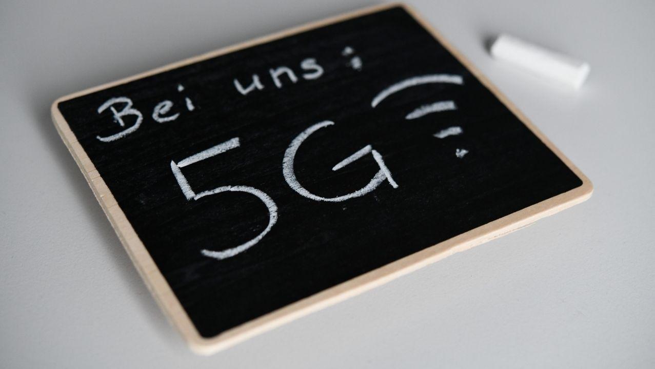 Auf einer kleinen Tafel steht: Bei uns 5G