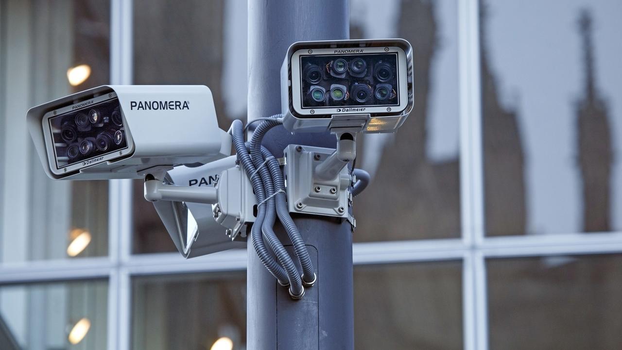 Symbolfoto: Kameras, die zur Videoüberwachung installiert wurden.