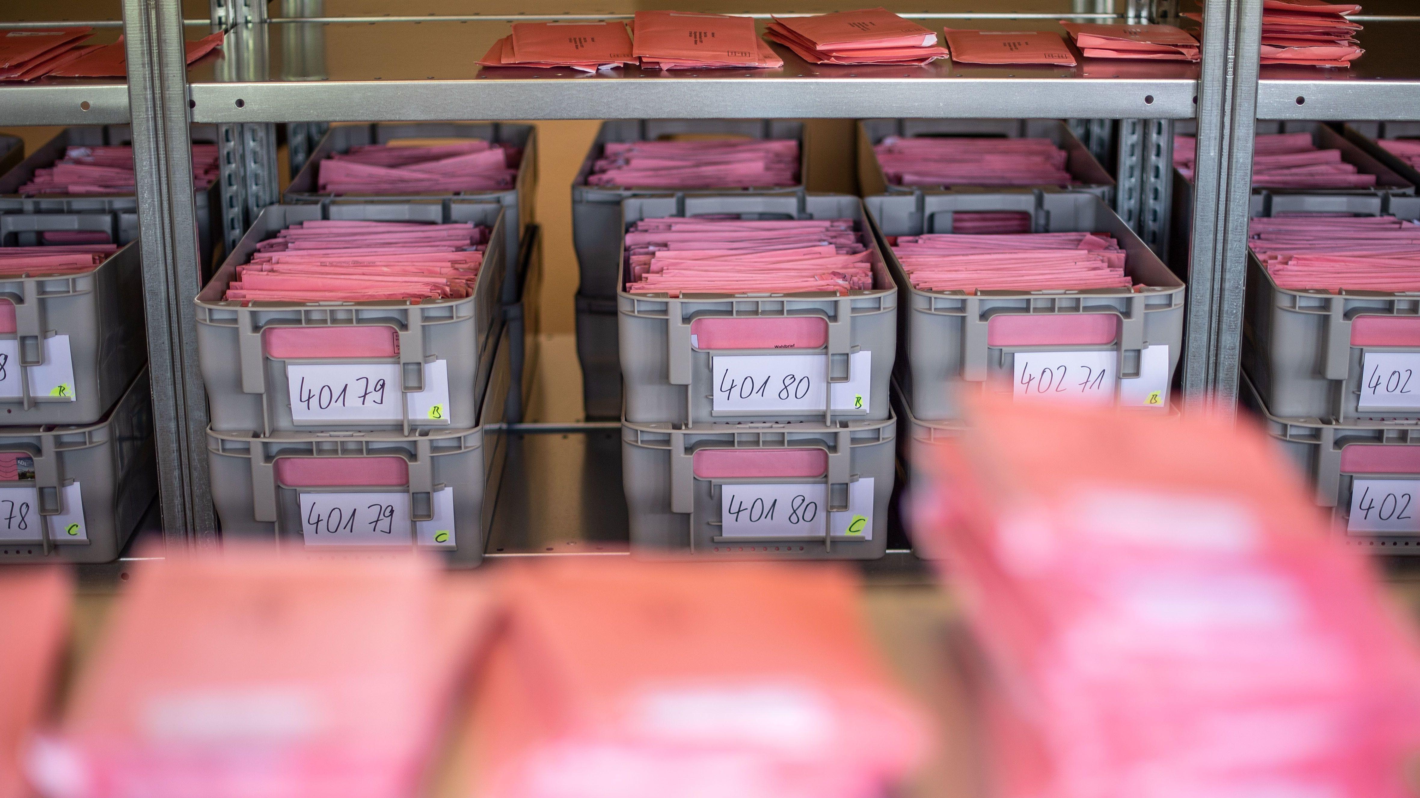 Kisten mit Wahlbriefen.