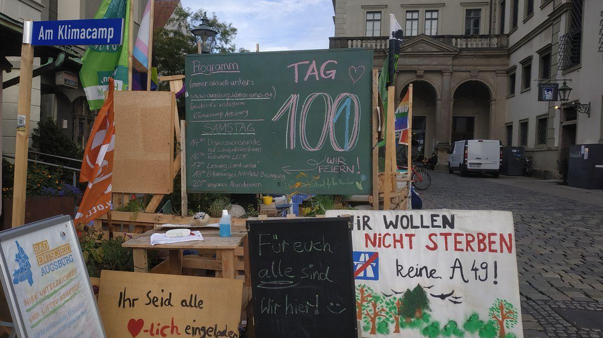 Klima-Camp am Augsburger Rathaus, mit vielen Transparenten und eigenem Straßenschild