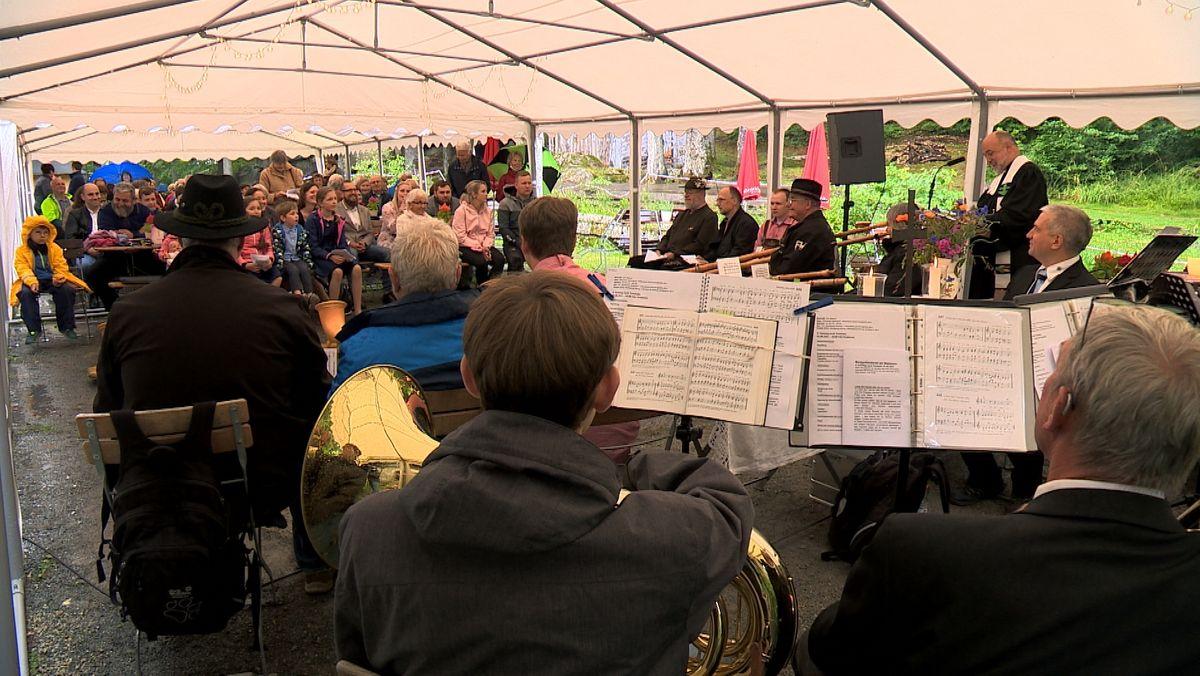 Den Berggottesdienst auf dem Großen Waldstein im Fichtelgebirge haben rund 80 Personen mit der Regionalbischöfin gefeiert.