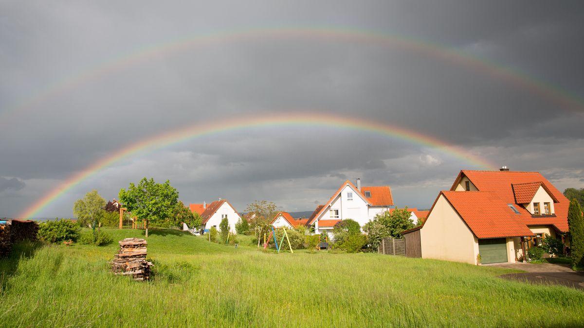 Regenbogen am grauen Himmel in Troisdorf bei Bamberg am 25. Mai 2021.