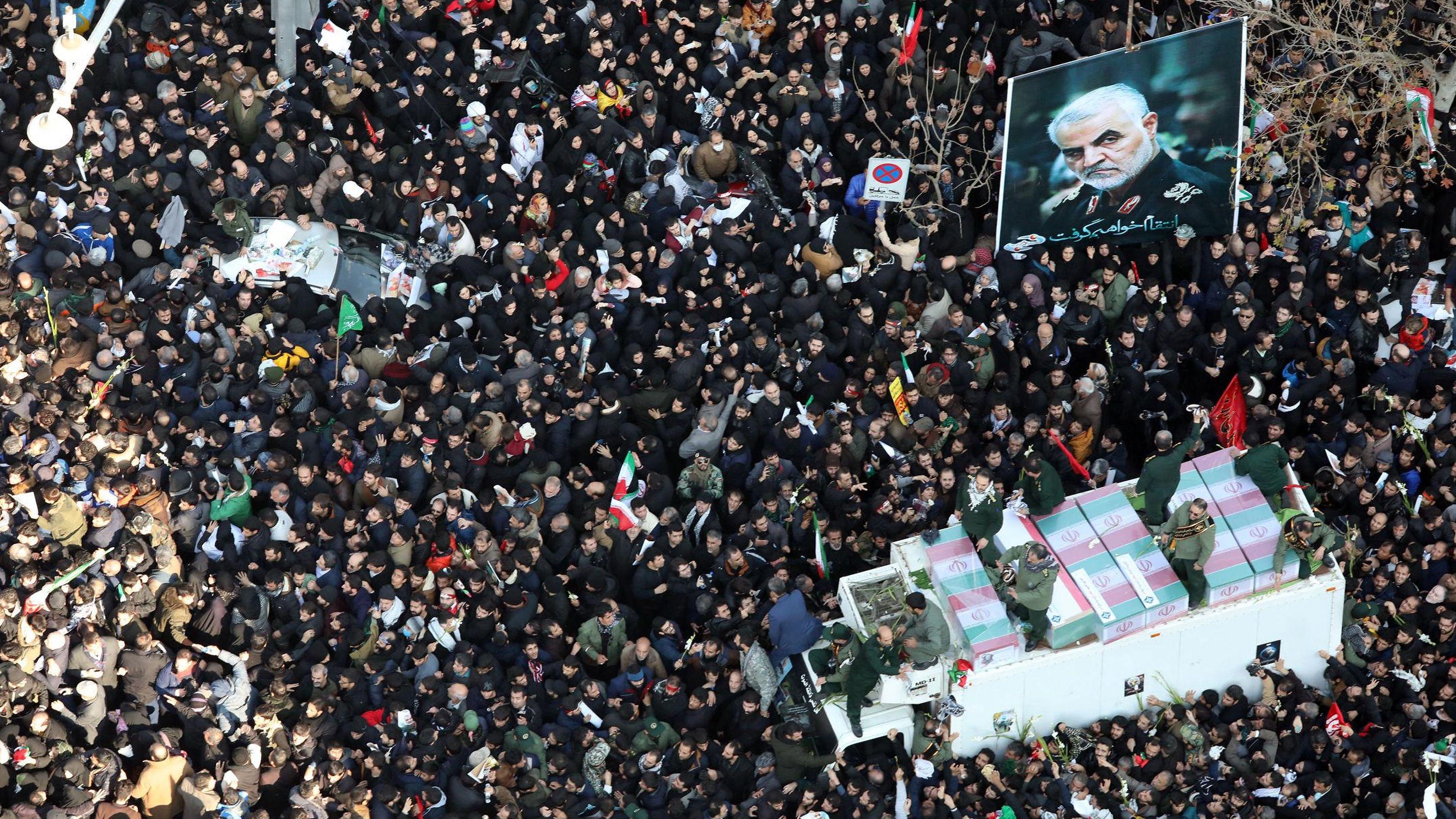 Das Begräbnis des getöteten Generals Soleimani am 4. Januar aus der Vogelperspektive: Hunderttausende Gläubige und Irans Oberster Führer Ali Chamenei begleiten den Sarg