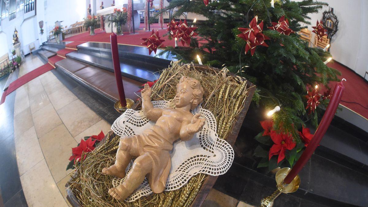 Die Figur eines Christkindes liegt in München-Neuaubing in der katholischen Kirche St. Konrad. (Archivbild 2014)