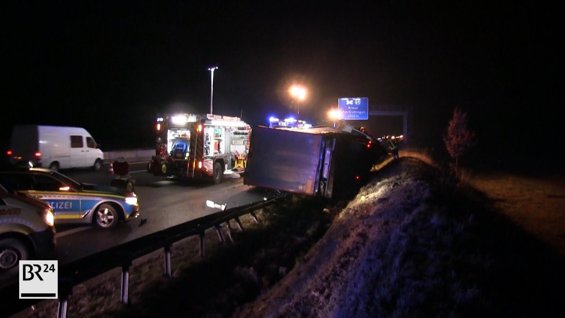 Am späten Abend ist ein Lkw auf der A8 bei Ulm von der Fahrbahn abgekommen und umgekippt.