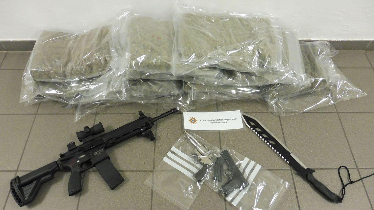 Die sichergestellten Waffen und Drogen