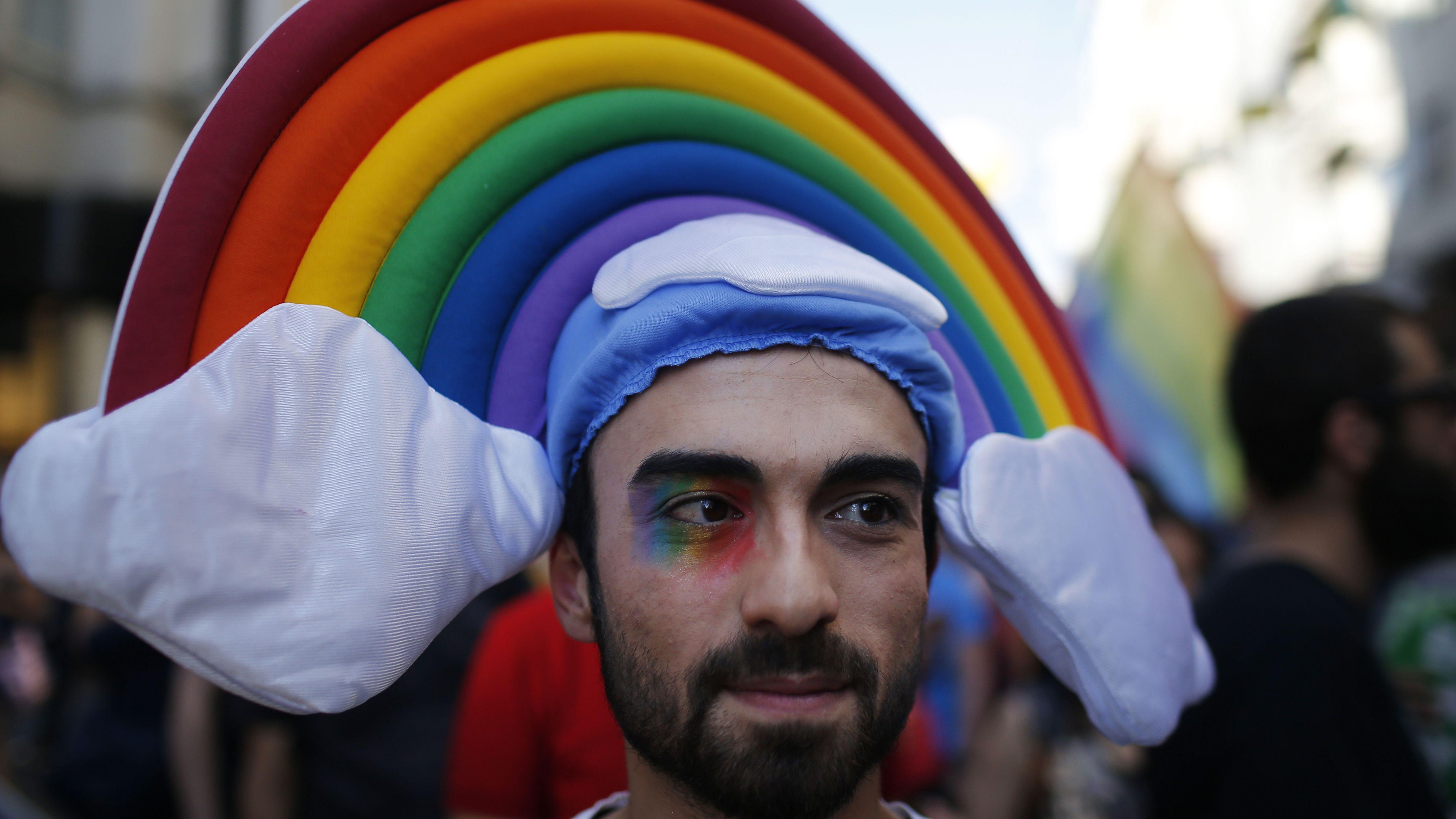 Ein Mann nimmt 2015 an einer Gay-Pride-Parade in Istanbul teil.
