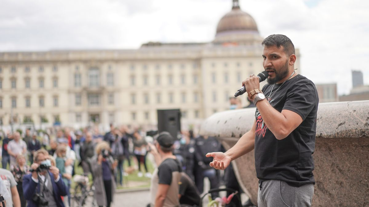 Attila Hildmann spricht bei einer Demonstration.