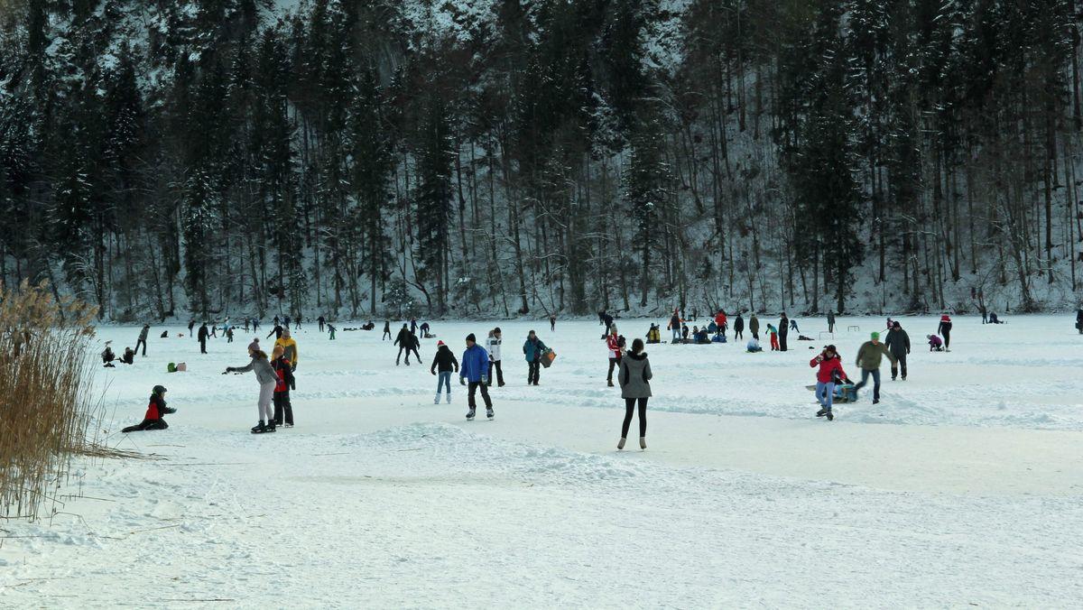 Schlittschuhläufer sind auf dem Schwansee unterwegs