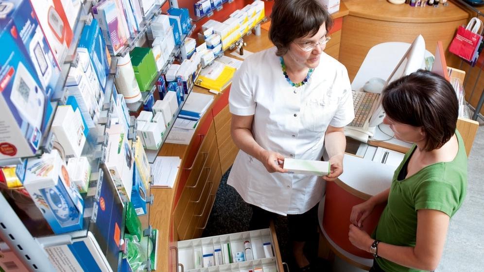Apothekerin im Kundengespräch | Bild:dpa-Bildfunk/ABDA